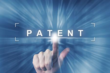 줌 효과 배경이있는 특허 버튼을 손으로 클릭