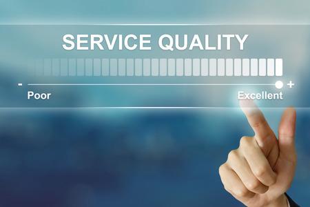 Main d'affaires poussant une excellente qualité de service sur l'interface de l'écran virtuel Banque d'images - 64644238