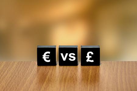 black block: euro frente circulación de la libra en el bloque negro con fondo borroso
