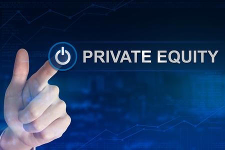 equidad: doble mano de negocios exposición clic en el botón de capital privado con el fondo borroso Foto de archivo