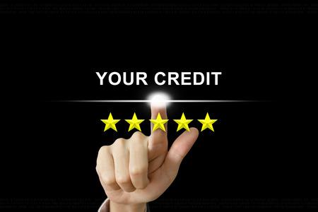 mano de negocios haciendo clic en su crédito con cinco estrellas en la pantalla Foto de archivo