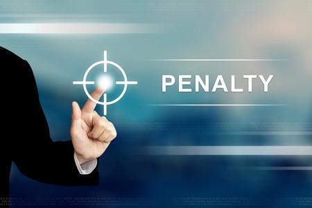 la mano de negocios que empuja el botón de penalti en una interfaz de pantalla táctil
