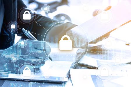 biznesmen podwójnej ekspozycji pisze biznesplan i bezpieczeństwo z koncepcją globalnej sieci Zdjęcie Seryjne