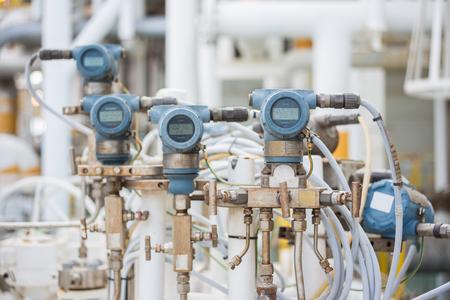 圧力、温度、モニターと石油と天然ガスの処理を制御するプログラマブルロジック コント ローラー (PLC) に送信された測定値の差分とフローの送信機。 写真素材 - 79285436