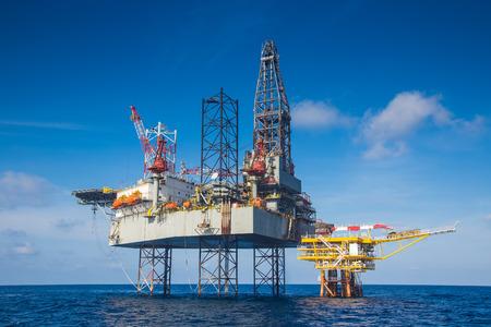 La plataforma de perforación de petróleo y gas de trabajo sobre la plataforma de cabeza de pozo de petróleo a distancia para la terminación y el gas producen bien mediante el uso de bits de perforación que hace de carburo o diamante a poco la cabeza y la unidad de presión del lodo