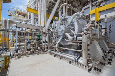 Gasverdichter für Schub nach oben Gasdruck im Prozess bei der Öl- und Gasverarbeitungsplattform Standard-Bild - 58804279