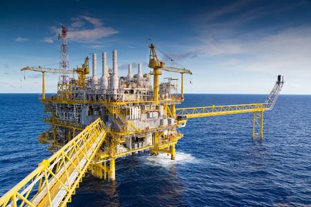 pozo petrolero: plataforma de procesamiento de petróleo y gas que producen gas natural y condensado. Foto de archivo