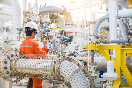 Offshore-olie- en -gasindustrie, productie-operator registreert gegevens in logboek, dialytactiviteit van booreilandarbeider.