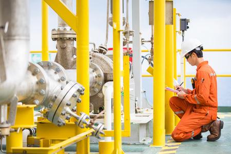 Inspecteur ingénieur mécanicien inspectant le type centrifuge de pompe à pétrole brut sur la plate-forme centrale de traitement du pétrole et du gaz offshore, maintenance et service pour un travail spécialisé.