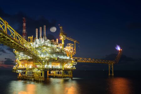 Oil and gas central processing platform in the gulf of Thailand produced raw gases and condensate then treat and compress for set to onshore refinery and petrochemical plant. Stockfoto