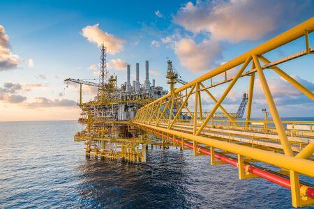 Offshore-Öl- und Gas-Zentralverarbeitungsplattform im Sonnenuntergang, bestehend aus Gasentwässerung, -kompression und Drei-Phasen-Separator zur Behandlung und Weiterleitung an die Küste. Standard-Bild
