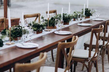 Ecologico, decorazioni per matrimoni. Tavolo in legno sposini per una festa.