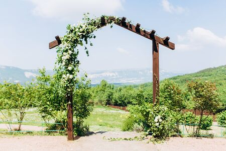 Platform for an exit ceremony wedding in the mountains Banque d'images - 124983067