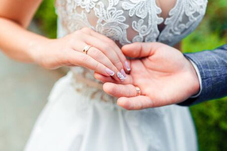 Wedding rings in the hands of the bride and groom. Stok Fotoğraf - 130020496