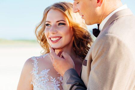 Glückliches Brautpaar. Schöne Braut und Bräutigam im Anzug.