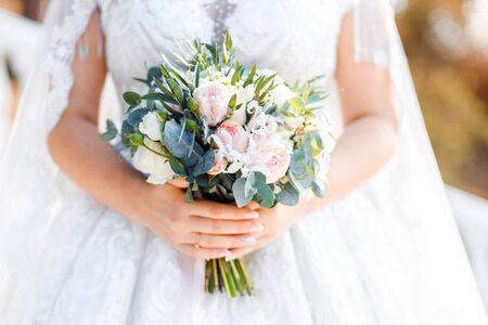 Delikatny klasyczny bukiet ślubny z róż dla Panny Młodej. Kwiaty ślubne.