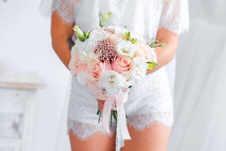 Delicato bouquet da sposa classico di rose per la sposa. Fiori di nozze.