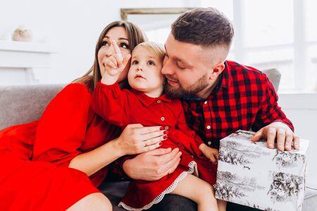 Glückliche Familie im roten Kleid. Glückliche Kindheit. Standard-Bild