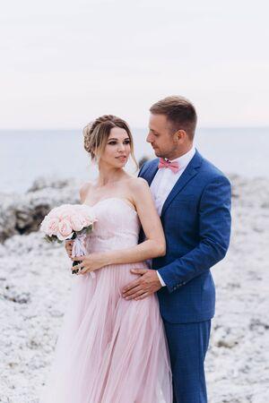 Liebespaar am Meer. Hochzeit. Brautpaar.
