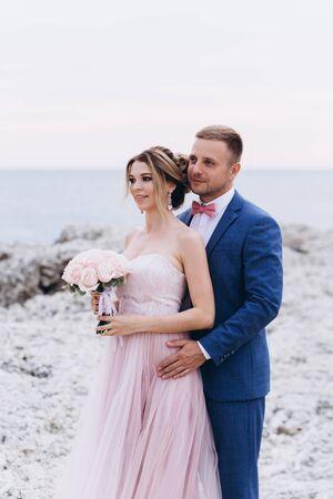 Liebespaar am Meer. Hochzeit. Brautpaar. Standard-Bild