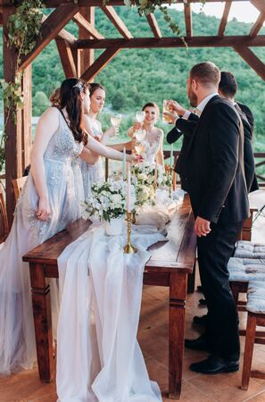 Boho style wedding party. Banquet with friends, bride and groom. Foto de archivo