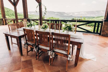 Decorated wedding table for the newlyweds and guests with mountain views. Wedding decor and Floristics. Foto de archivo