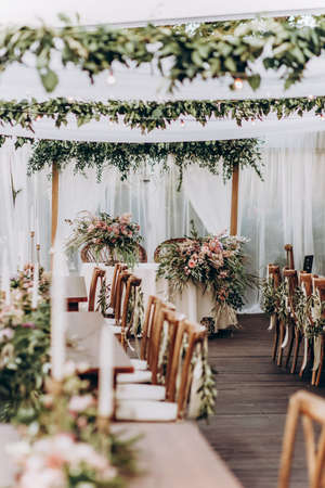 Wedding arrangement of natural flowers in boho style on wedding table. Standard-Bild