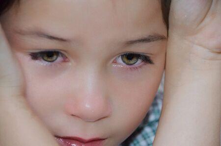 petite fille triste: Petite fille est boulevers�e Banque d'images