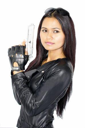 mujer con pistola: Una mujer vestida como un terminador