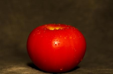 carotenoid: A tomoto rojo fresco con gotas de agua