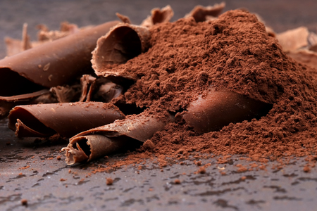 Dark chocolate shavings and sprinkled cocoa powder Stockfoto