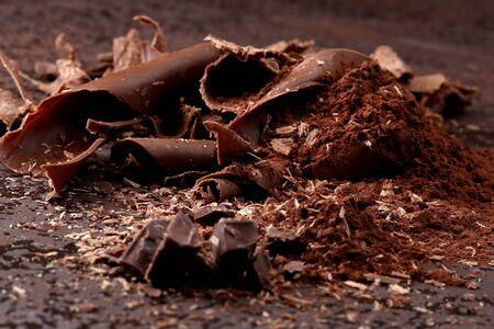 Virutas de chocolate negro y cacao en polvo espolvoreado Foto de archivo - 48064195