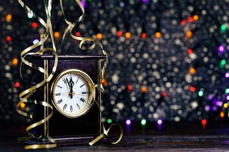 Gelukkig nieuwjaar. Oude klok op abstracte achtergrond Stockfoto