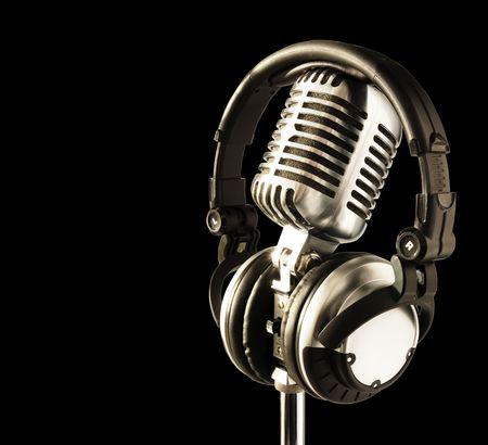 audifonos: En el Aire! Profesional 'Retro' Micr�fono y Auriculares DJ (con saturaci�n camino f�cil para la eliminaci�n de antecedentes de ser necesario)  Foto de archivo