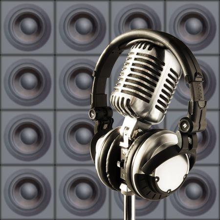 audifonos dj: Profesional 'retro' del micr�fono y los auriculares DJ contra la pared de oradores