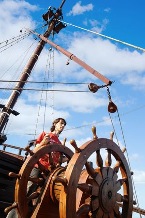 timone: Mr.Captain (giovane uomo a bordo di una barca)