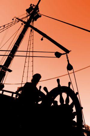 timon de barco: Capit�n de la Puesta del sol Silueta (en el mundo y Aventura Concepto) Foto de archivo