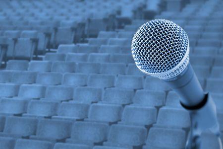 Voordat een conferentie/concert (microfoon voor lege stoelen)  Stockfoto