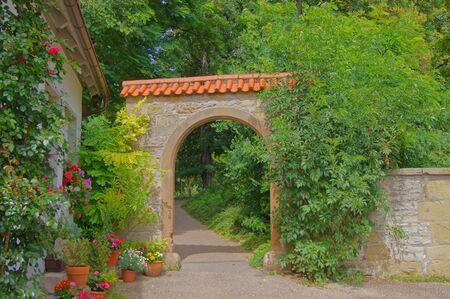 ollas de barro: Pasaje de las flores en un parque de la ciudad