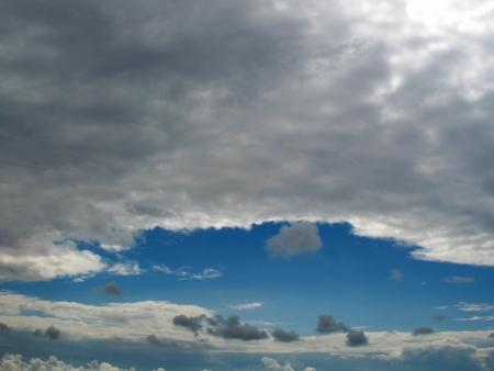 하늘에있는 어두운 구름