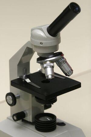 specimen testing: de cerca de microscopio Foto de archivo