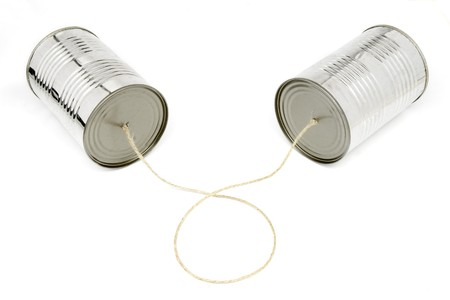 tin cans: close-up van blikjes telefonisch op witte achtergrond, met clipping path Stockfoto