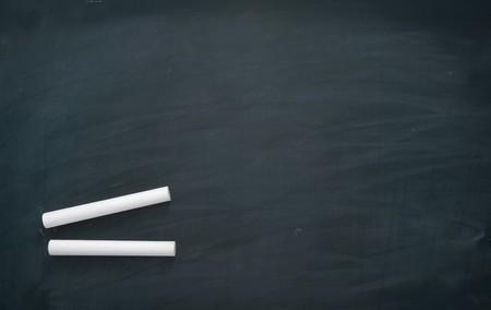 white chalks: cerca de la pizarra y tizas en las aulas
