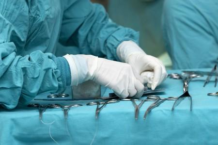 quirurgico: cerca de la enfermera de manos durante la cirug�a en sala de operaciones