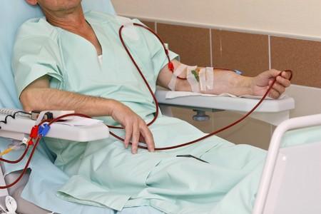 Pacjent: monitorowane przez pacjenta elektronicznej sphygmomanometer podczas sesji dializy