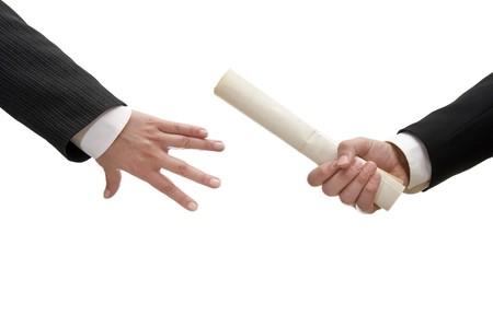 relevos: cerca de dos hombres de negocios la celebraci�n de los documentos en el fondo blanco con saturaci�n camino