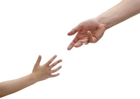 cerca de los niños y adultos alcanzar manos, en el fondo blanco Foto de archivo