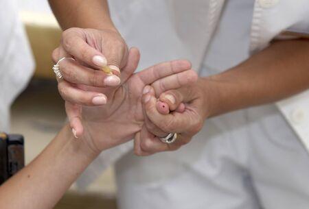 specimen testing: Close up de manos durante la prueba de sangre Foto de archivo