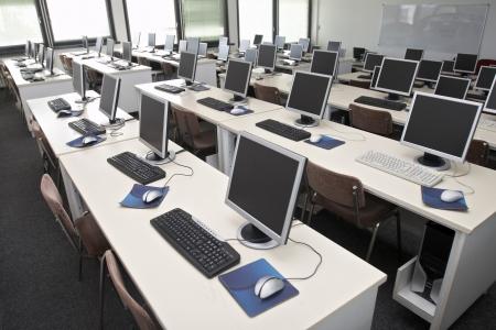 postazione lavoro: interno della classe con il computer Archivio Fotografico