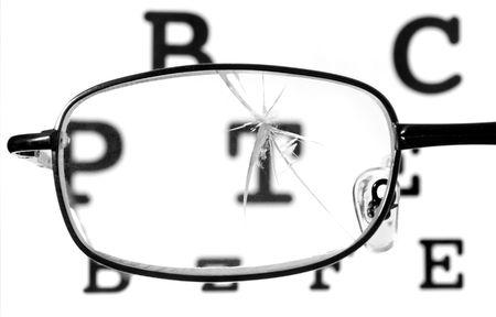 sight chart: cerca de los cristales rotos y tabla de Snellen Foto de archivo
